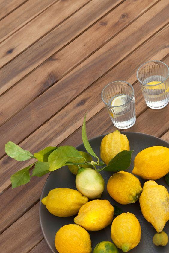 Tavolo in legno con limoni